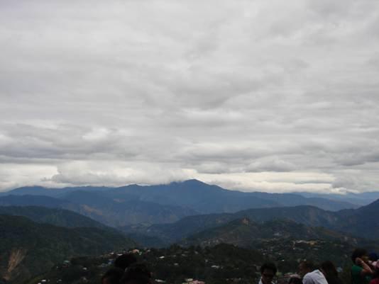 Mines View. Tipical na panahon sa Baguio, mahamog, maulap, makulimlim.