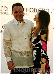 Gibo with his wife Monica. Whow! Not bad for a First Lady. Pwede din mag-artista kung sakali.